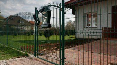 zielone ogrodzenie panelowe z furtką wejściową