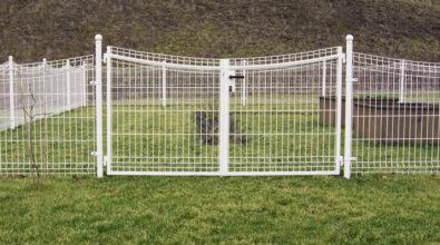 białe ogrodzenie z paneli