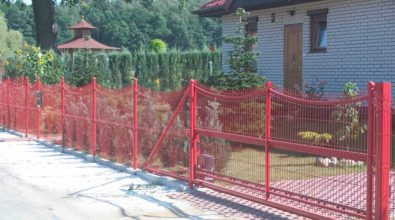 czerwone ogrodzenie panelowe