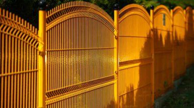 żółte ogrodzenia panelowe