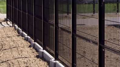niebieskie ogrodzenie z paneli