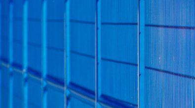 niebieskie ogrodzenie